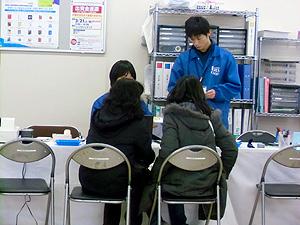 新生活準備センター パソコン等の手続きは青いスタジャンの先輩